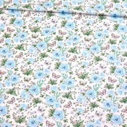 Malé nebesky modré růže s motýlky na bílém podkladě