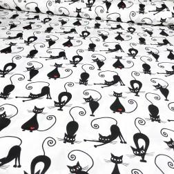 Černé kočky s červeným srdíčkem na bílém podkladě